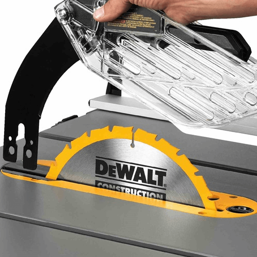an image showing the carbide blade of the Dewalt table saw dwe7491rs