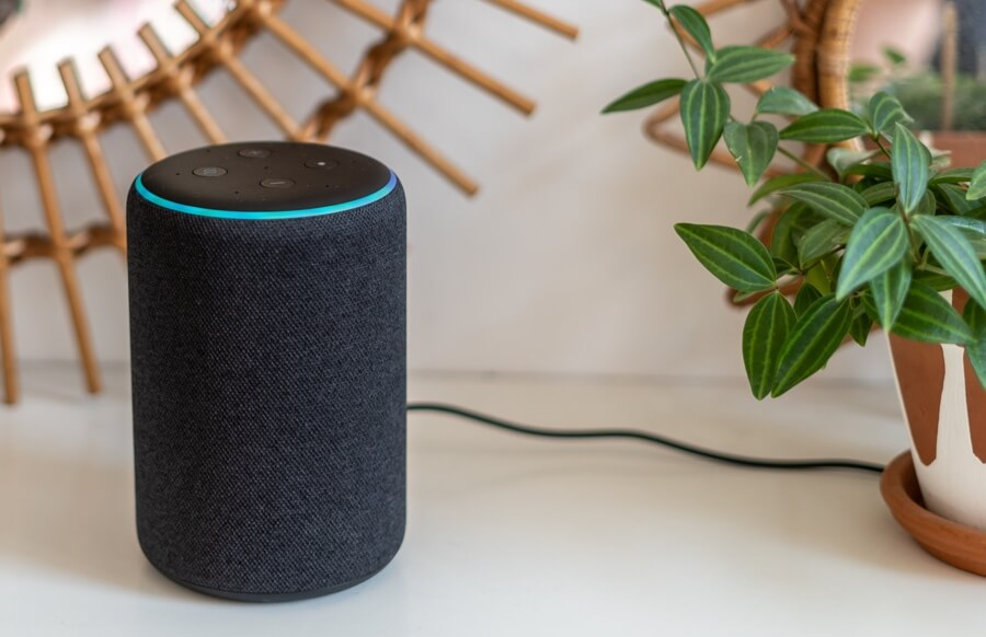 does alexa need to be plugged in all the time - image showing an echo alexa device that is plugged in