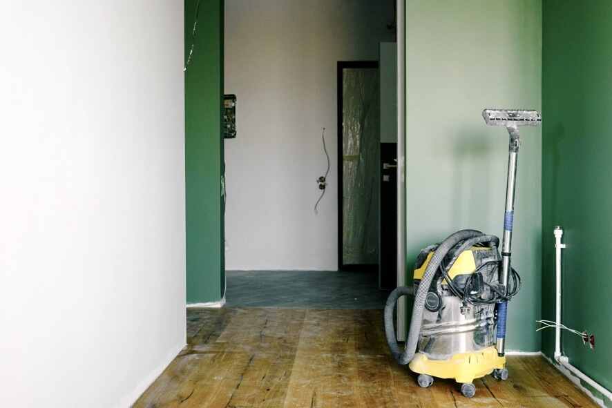 how to remove laminate flooring without damage - an image showing a vacuum cleaner required for cleaning up after removing a laminate floor